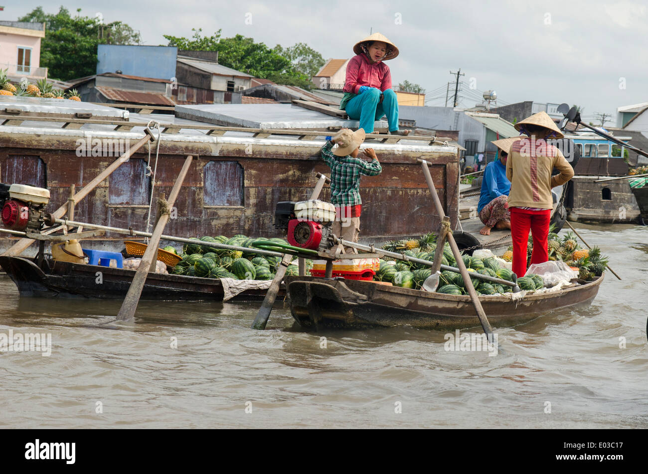 People selling fruit & vegetables, Can Rang floating market, Can Tho, Vietnam - Stock Image