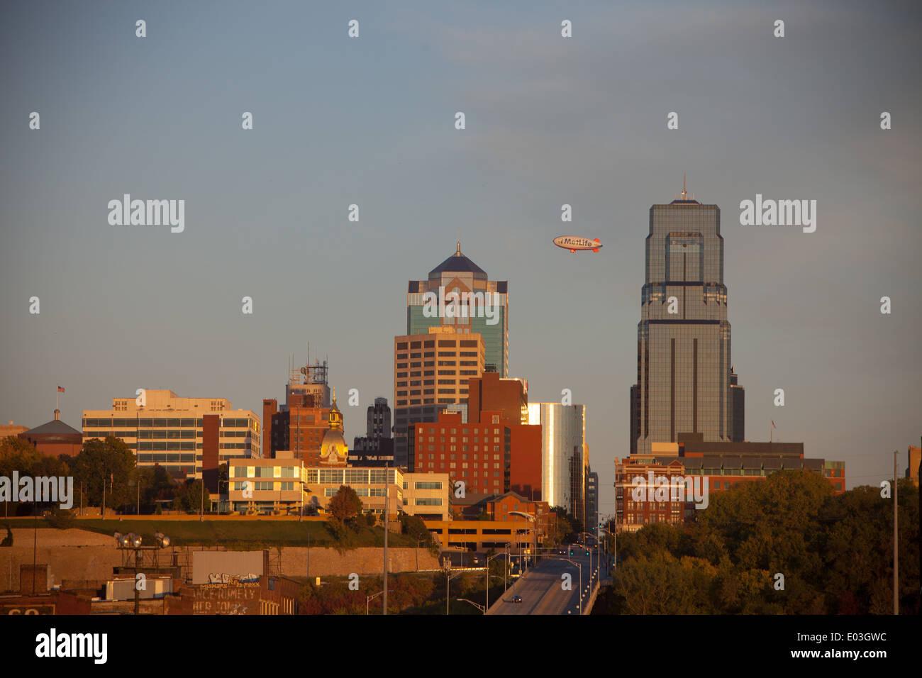 The Kansas City, MO skyline as a blimp soars high above. - Stock Image
