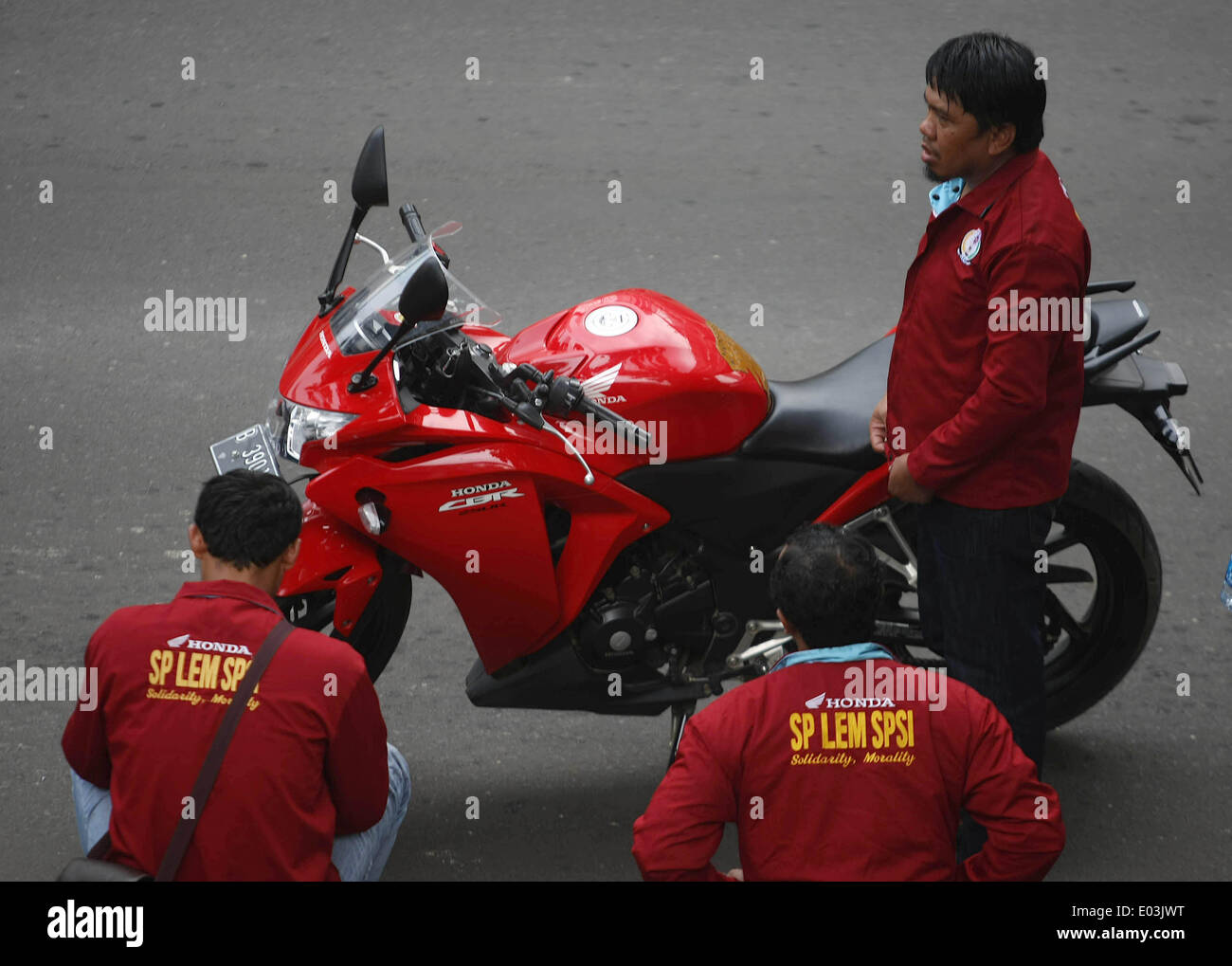 Honda 250 Stock Photos Images Alamy All New Cbr 150r Victory Black Red Jakarta Central Indonesia 1st May 2014 Worker With Racing Motorcycle