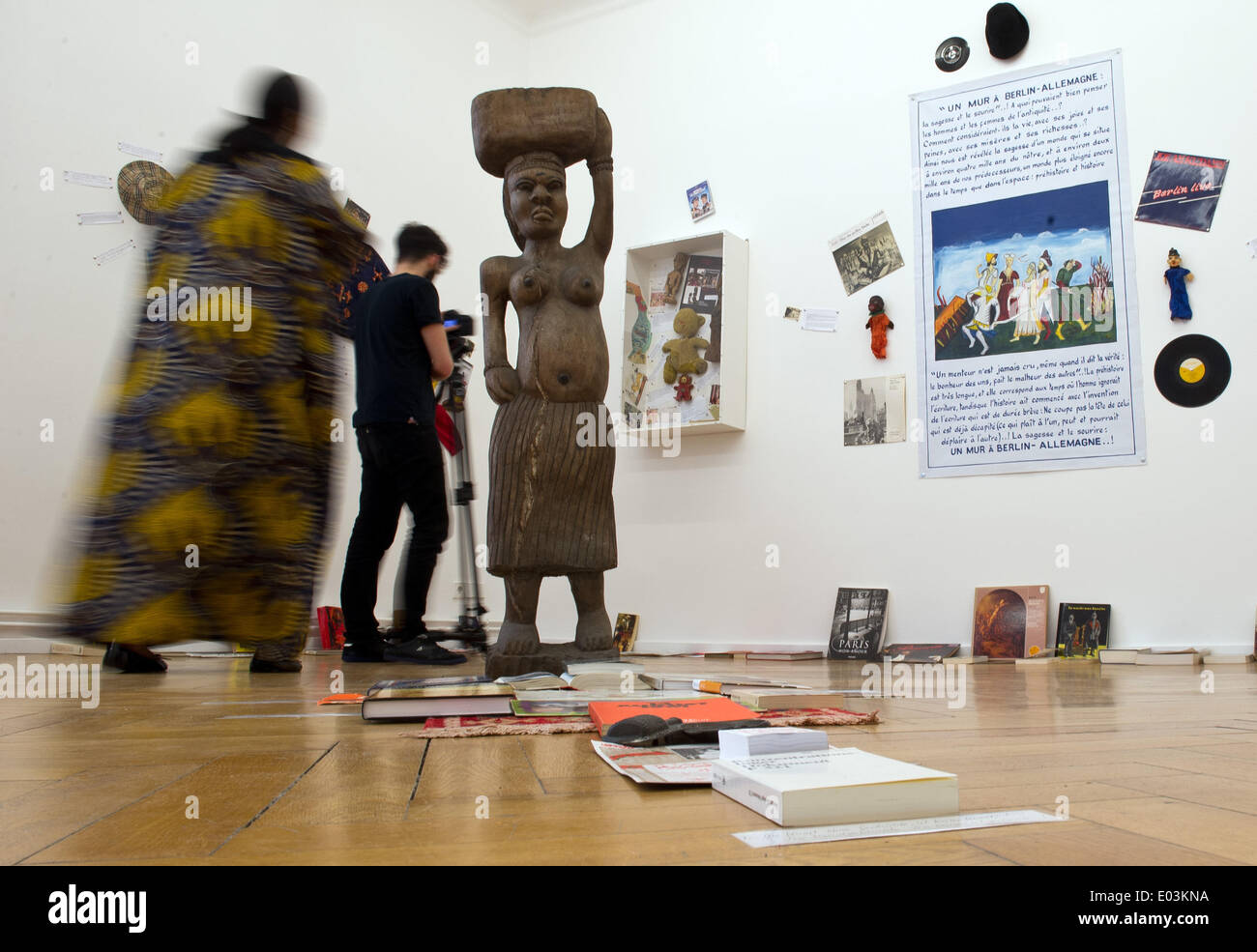 Berlin, Germany. 30th Apr, 2014. Two visitors the exhibition 'Les artistes et l'ecriture' by Benin installation artists Georges Adeagbo at Gallery Wien Lukatsch in Berlin, Germany, 30 April 2014. Many of Berlin's galleries participate in the event 'Gallery Weekend from 02 to 04 May. Photo: DANIEL NAUPOLD/dpa/Alamy Live News - Stock Image