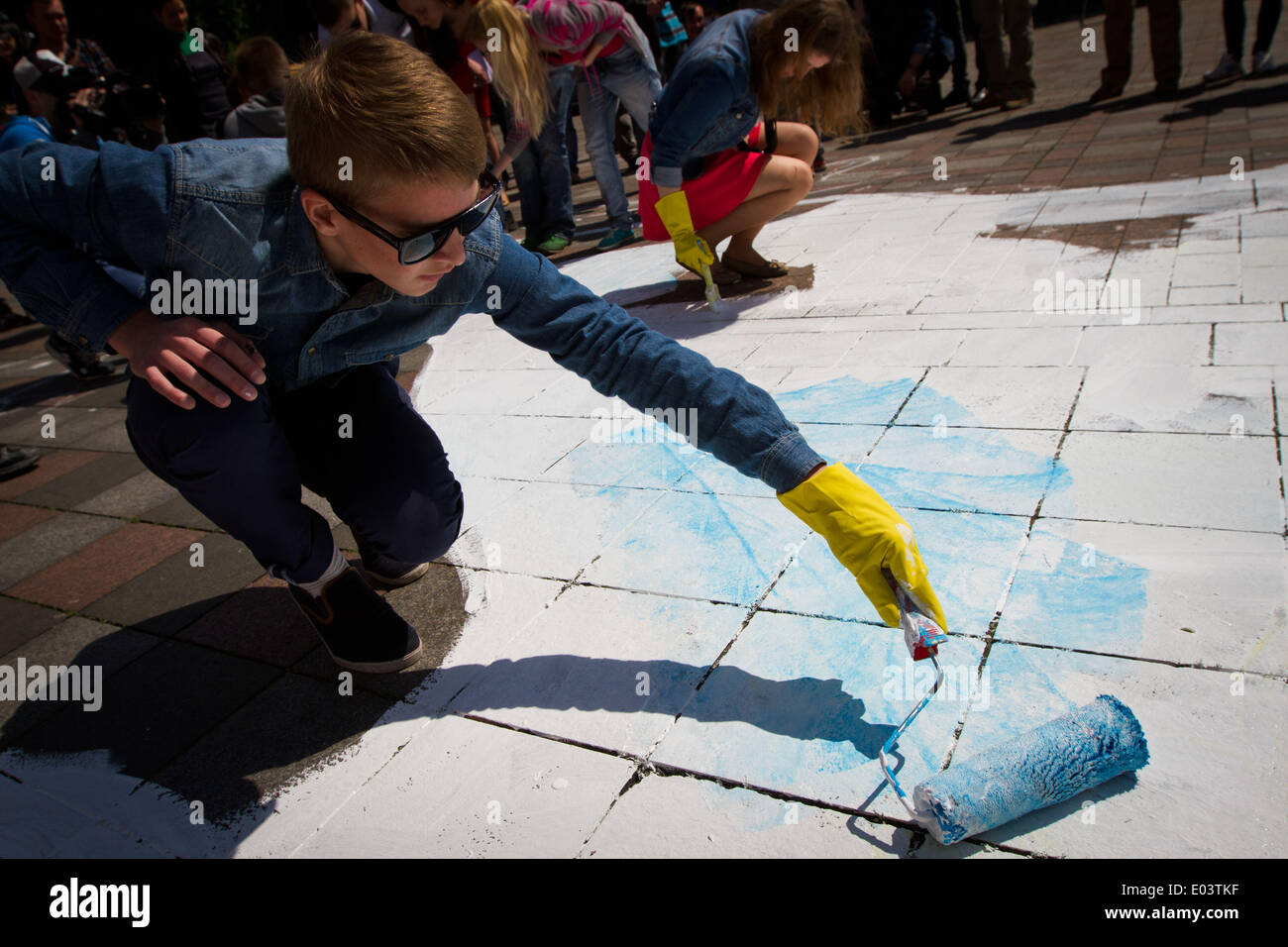 Kiev, Ukraine. 30th Apr, 2014. Pro-Ukrainian activists draw a giant map of Ukraine with marked territory which can be lost in result of separatist's activity, during their instalation in front of Parliament building in Kiev, Ukraine, 30 April 2014. Armed separatists seized more government buildings in eastern Ukraine on 30 April, as Russian President Vladimir Putin threatened measures against Western companies operating in Russia if the United States and European Union imposed more sanctions. In Luhansk, a city of almost half a million people close to the Russian border, armed militants took - Stock Image