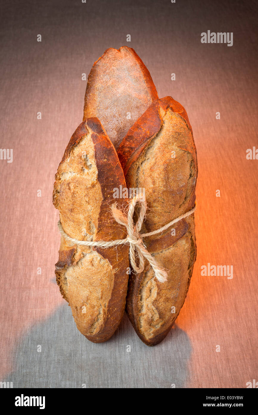 A display of breads tied up with a length of string (France). Présentation de pains liés avec une ficelle (France). - Stock Image