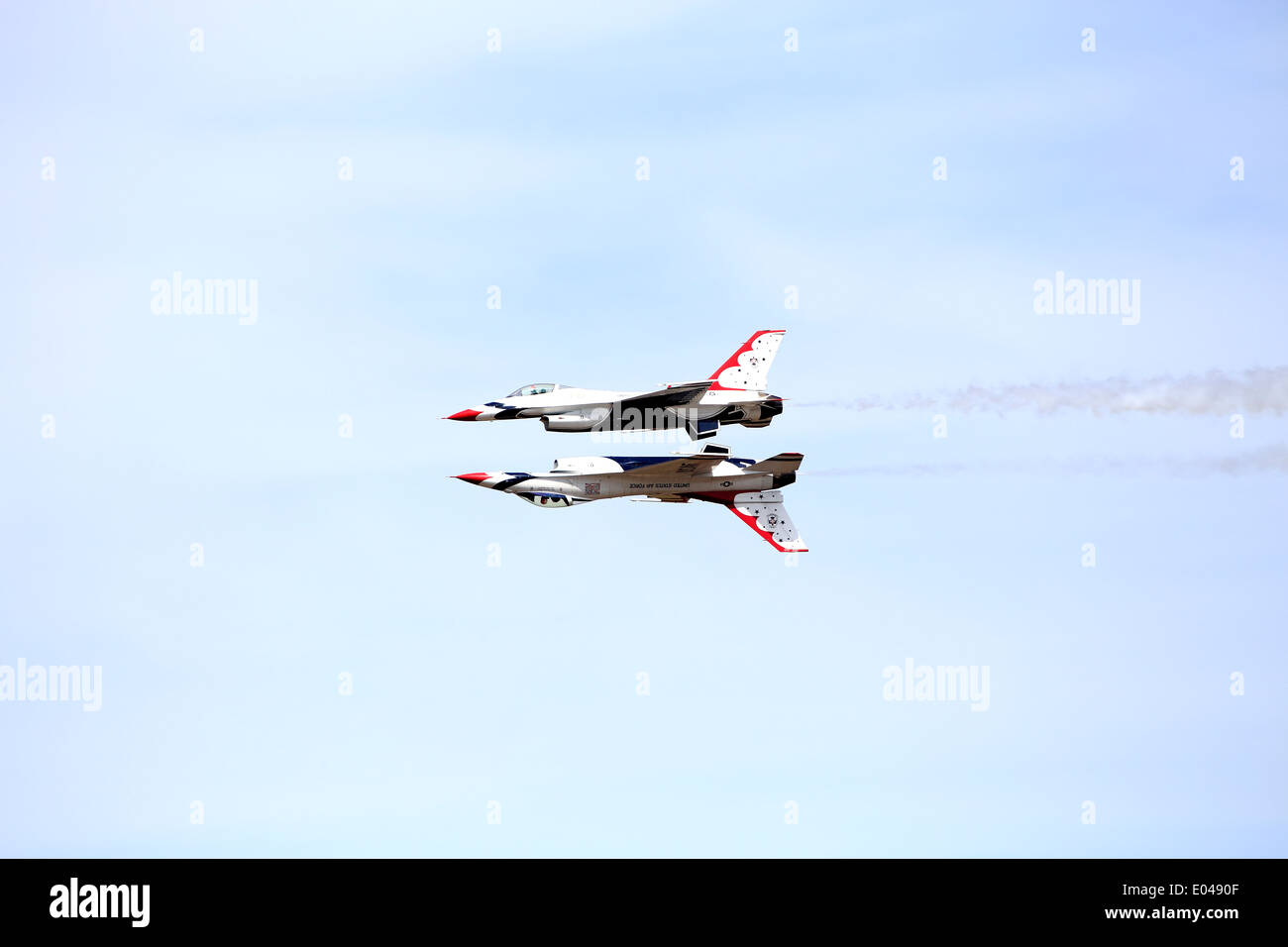 USAF Air Demonstration Squadron ('Thunderbirds') with 2 planes one over the other upside down in flight - Stock Image