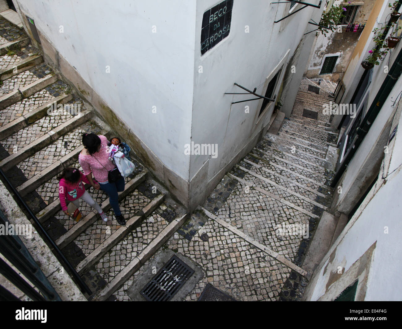 Mother and her daughter walking on the stairs of Alfama, Lisbon - Stock Image