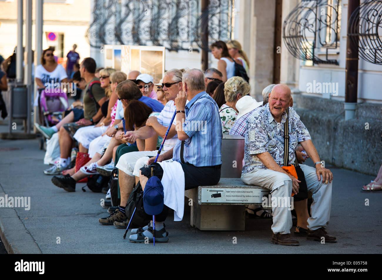 Pensioners and pensioners sit on a bank and wait, Pensionisten und Rentner sitzen auf einer Bank und warten Stock Photo