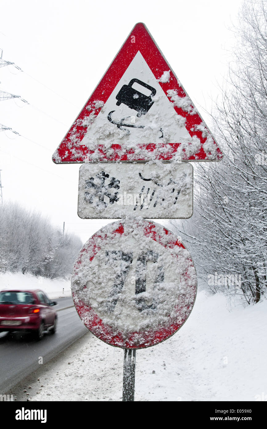 A snowcovered traffic sign catapult danger in winter, Ein verscheites Verkehrszeichen Schleudergefahr im Winter - Stock Image
