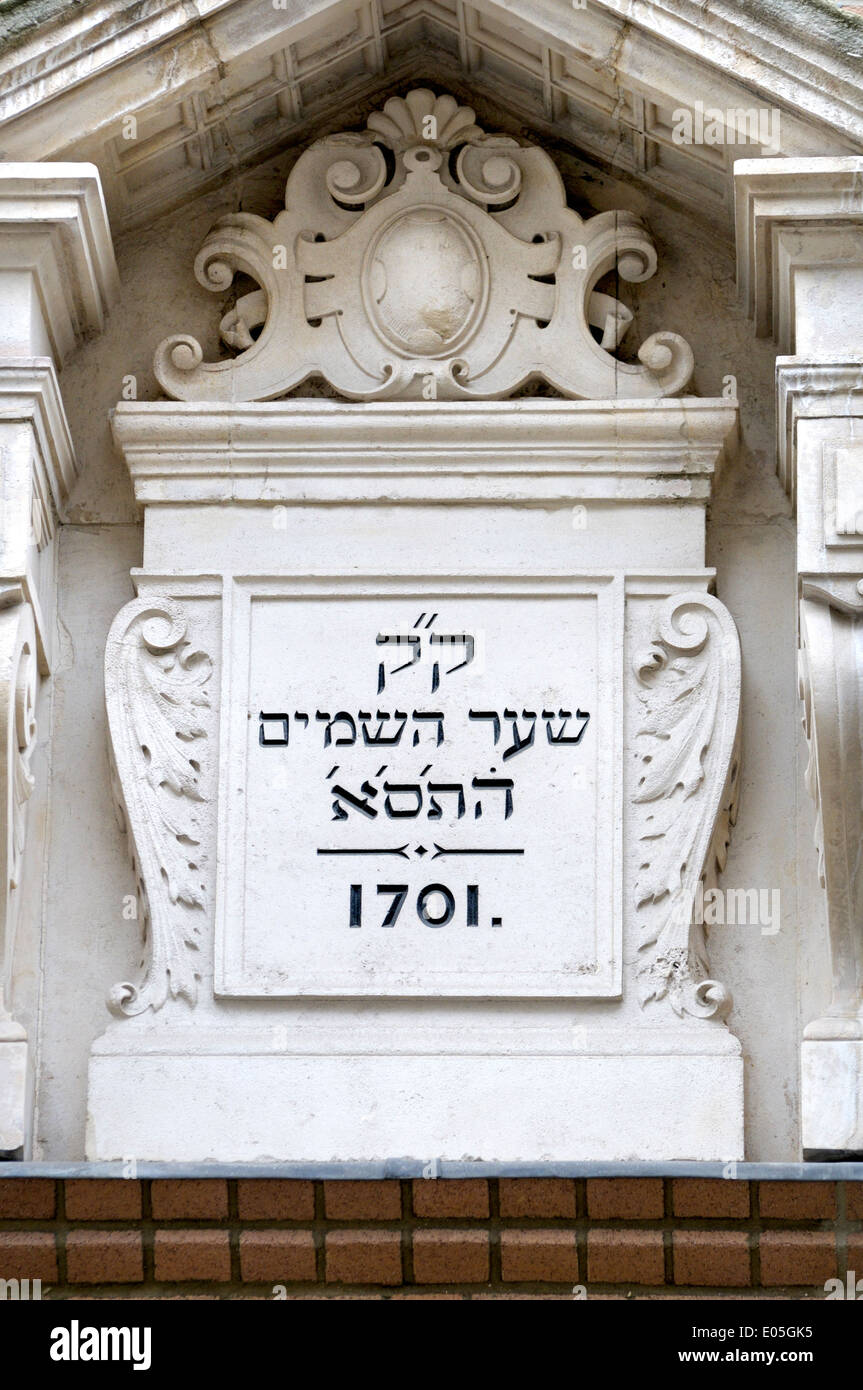 London, England, UK. Bevis Marks Synagogue (1701) Hebrew inscription above the entrance - Stock Image
