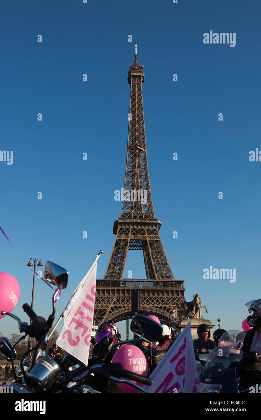 La Journée internationale des droits des femmes est célébrée le 8 mars.  Capital of France, and tourists view of Paris, Europe. - Stock Image