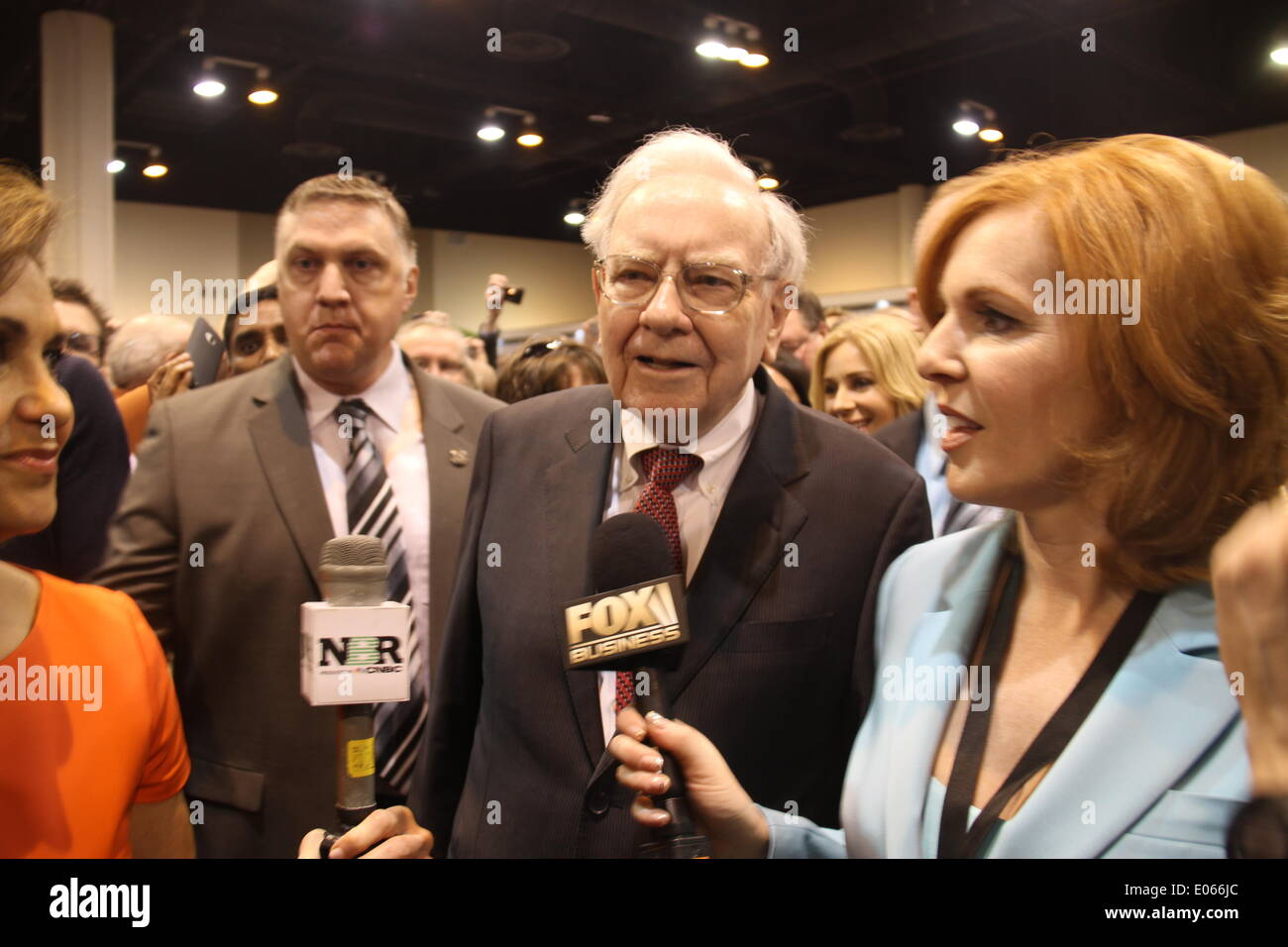 Omaha, USA. 3rd May, 2014. Warren Buffett, chairman of Berkshire Hathaway, is interviewed by media before the annual shareholders' meeting of Berkshire Hathaway in Omaha, the United States, May 3, 2014. Credit:  Huang Jihui/Xinhua/Alamy Live News - Stock Image