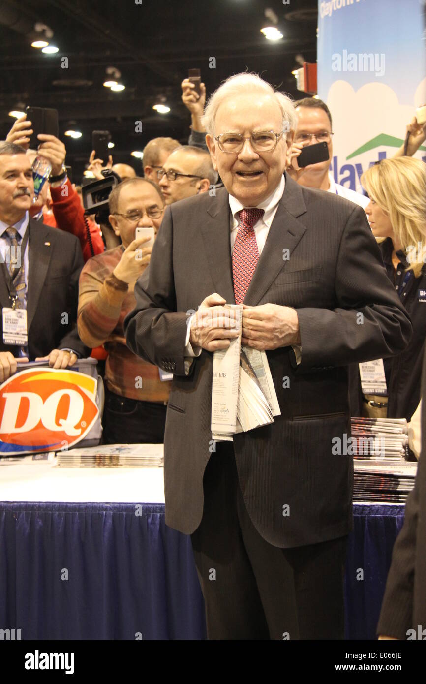 Omaha, USA. 3rd May, 2014. Warren Buffett, chairman of Berkshire Hathaway, plays newspaper tossing challenge games with shareholders before the annual shareholders' meeting of Berkshire Hathaway in Omaha, the United States, May 3, 2014. Credit:  Huang Jihui/Xinhua/Alamy Live News - Stock Image