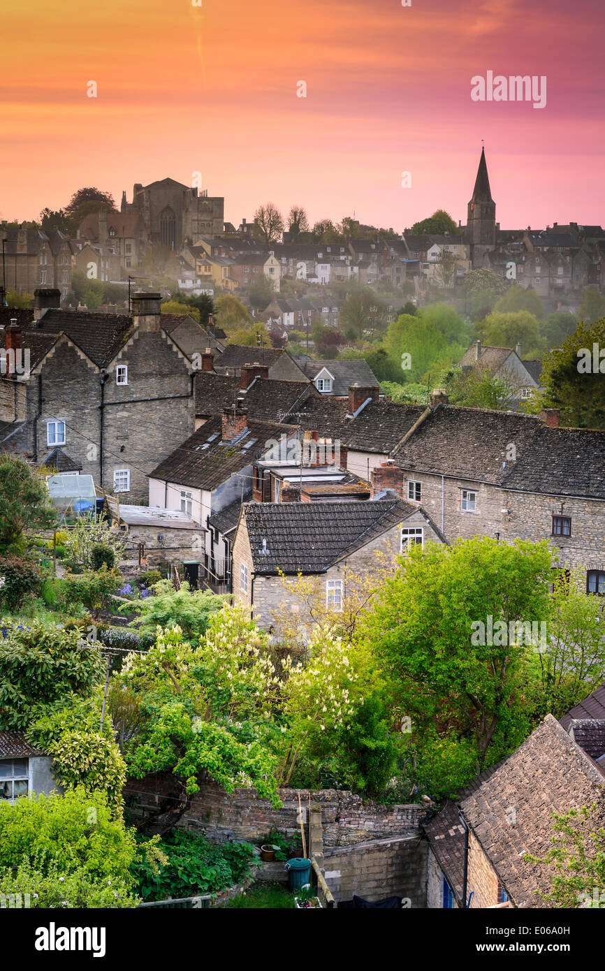 Malmesbury, UK. 04th May, 2014. Sunrise at six over the rooftops of the Wiltshire hillside town of Malmesbury with Stock Photo