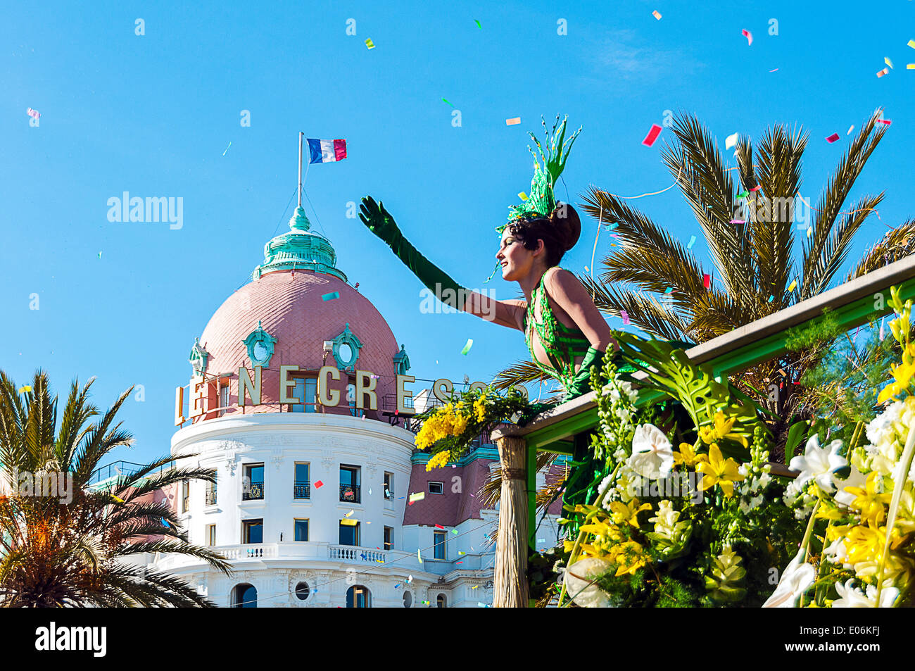 Europe, France, Alpes-Maritimes, Nice. Carnival. Corso fleuri, parade. Young mannequin waving to the crowd in front of Negresco. - Stock Image