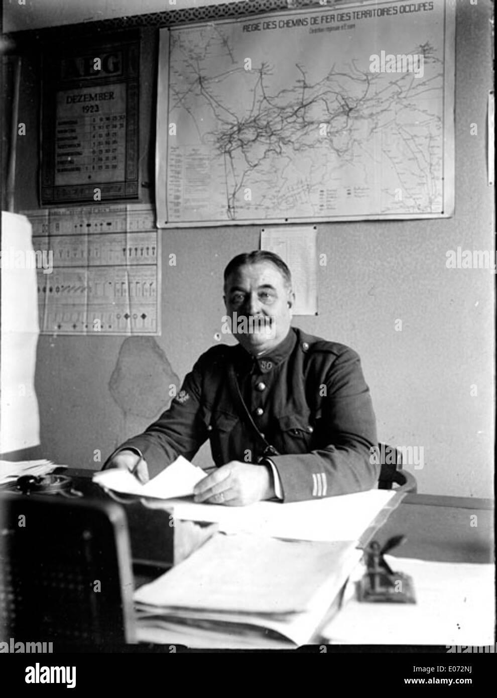 Officier militaire assis à son bureau, Régie des chemins de fer, Essen (Allemagne), décembre 1923 - Stock Image
