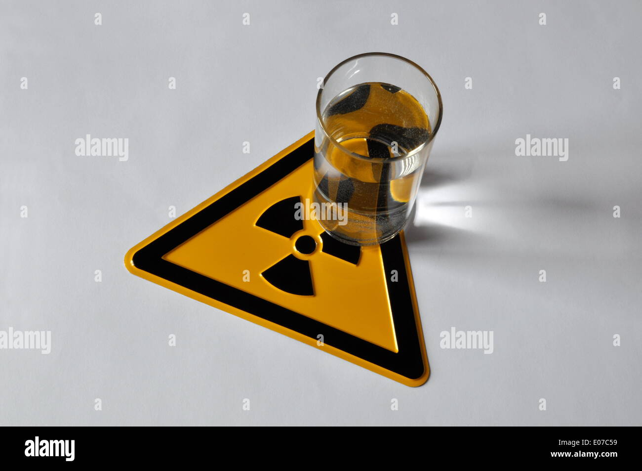 (ILLUSTRATION) A glass of water stands on a radioactivity warning sign in Germany, 03 April 2013. Photo: Berliner Stock Photo