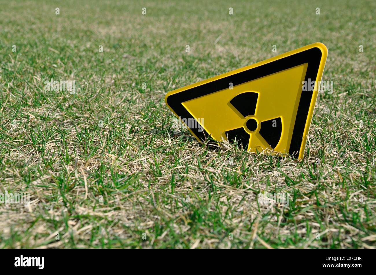 ILLUSTRATION A radioactivity warning sign sticks out of a lawn in Berlin-Mitte, Germany, 01 April 2011. Photo: Berliner Stock Photo