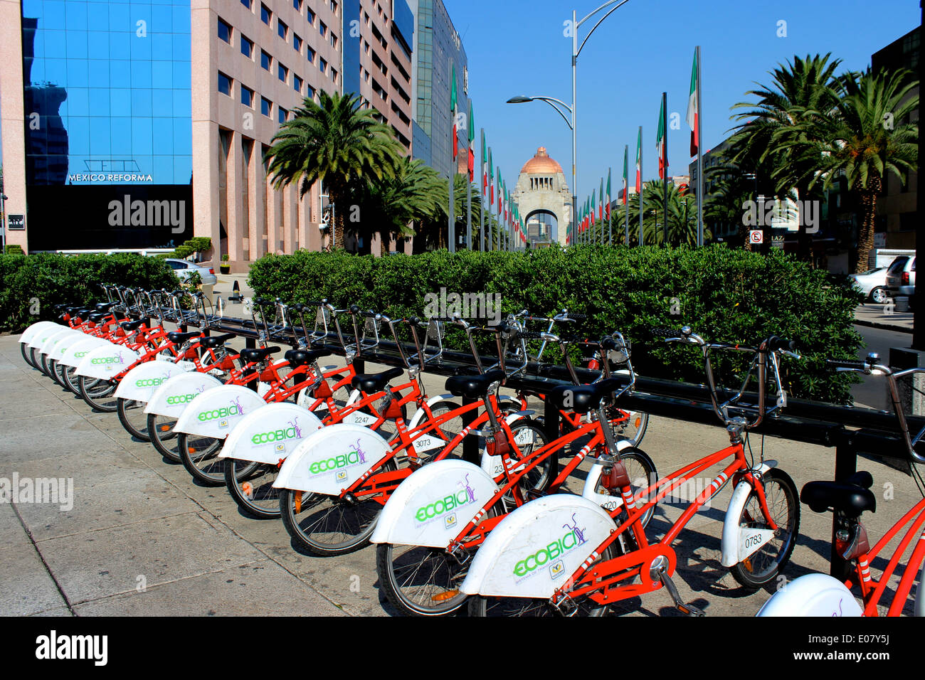 Eco-bicis - the shared cycling system in Mexico City - parked along Reforma with the Monumento a la Revolución in the background - Stock Image