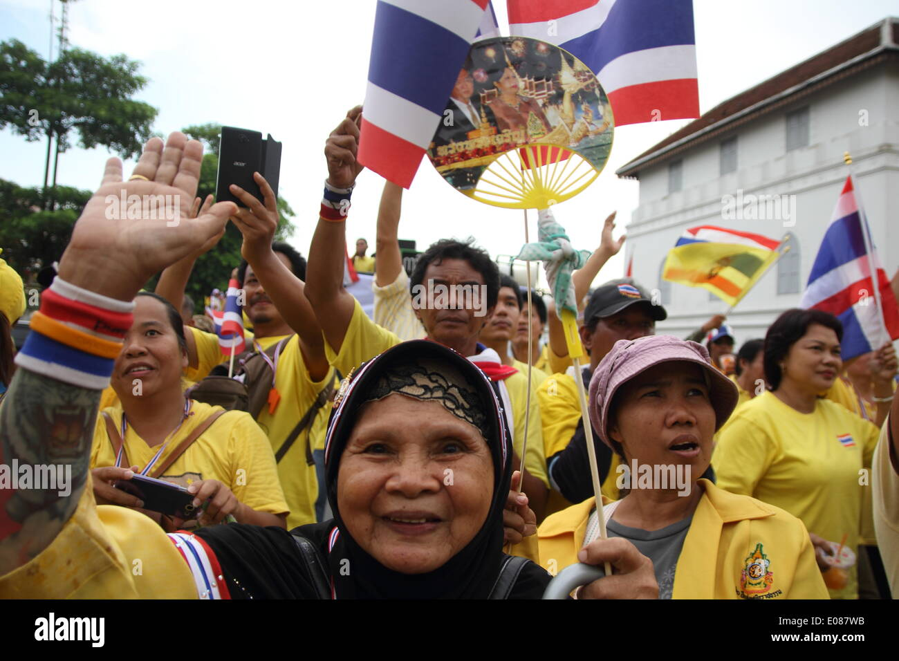 Bangkok, Thailand. 5th May 2014. Anti-government protesters cheers during a rally showing their loyalty to King Bhumibol Adulyadej on the 64th anniversary of his Coronation Day. Anti-government protesters gathered close to the Grand Palace on Coronation Day. Thailand's revered King Bhumibol Adulyadej made a rare public appearance to mark the 64th anniversary of his coronation. Credit:  Sanji Dee/Alamy Live News - Stock Image
