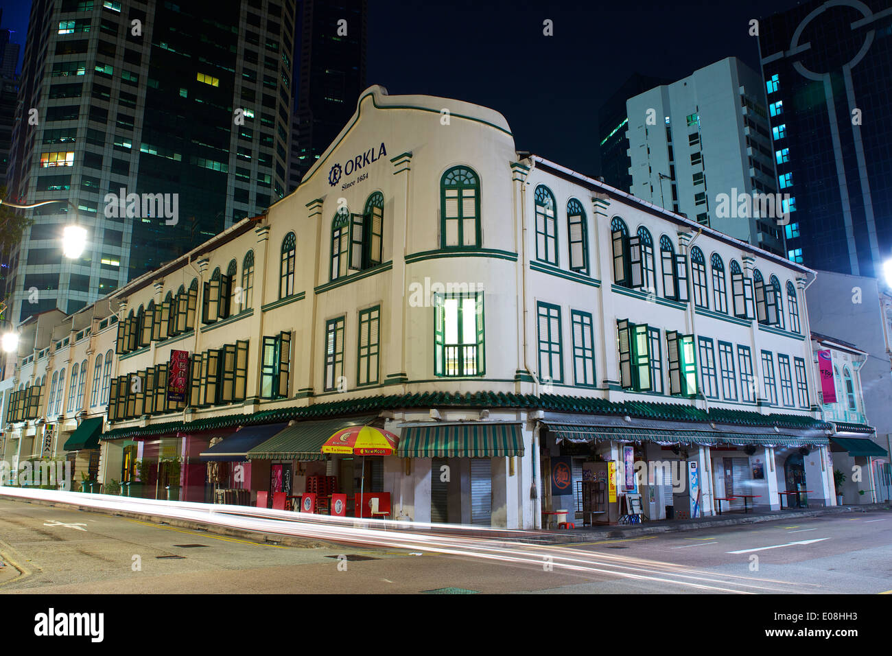 Ancient and Modern Colonial Era Buildings Contrast With Modern Tower Blocks On Telok Ayer Street In Singapore. - Stock Image