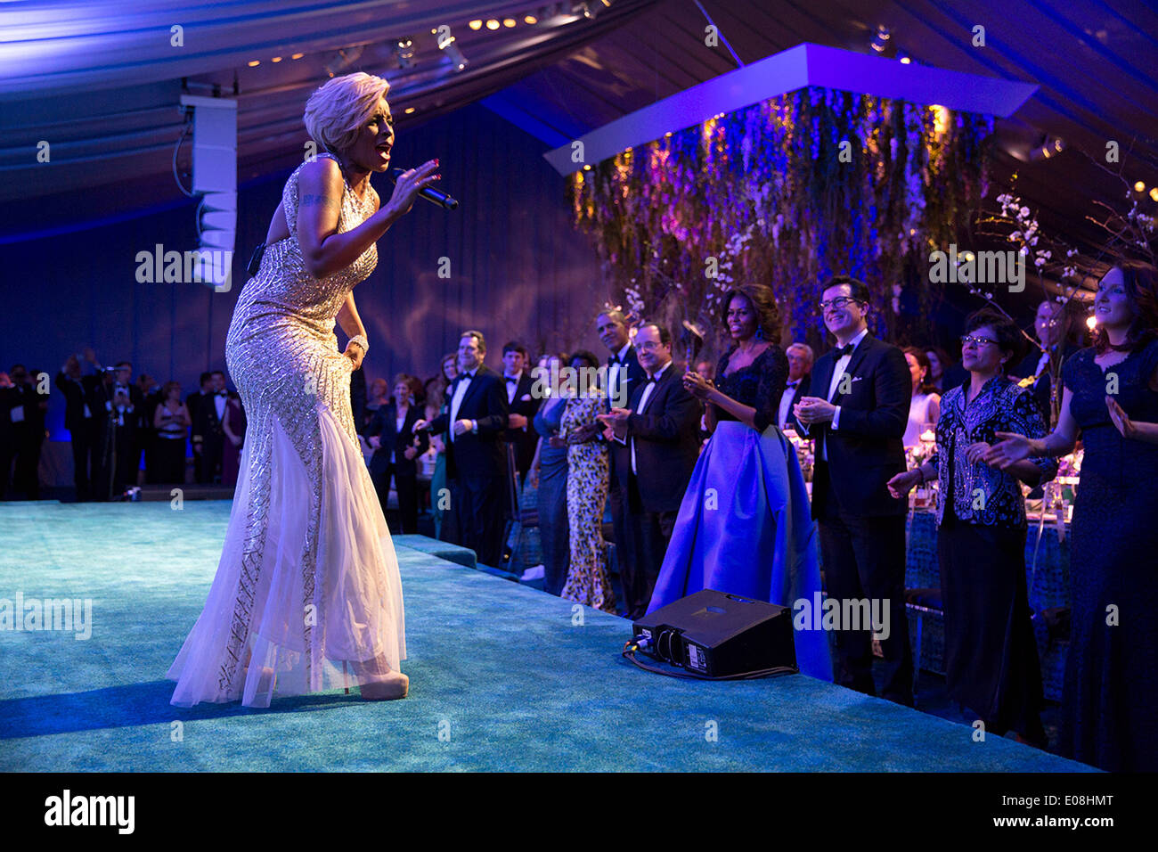 US President Barack Obama, President François Hollande of France, First Lady Michelle Obama and guests watch performer Mary J. Blige during the State Dinner for President Hollande on the South Lawn of the White House February 11, 2014 in Washington, DC. - Stock Image