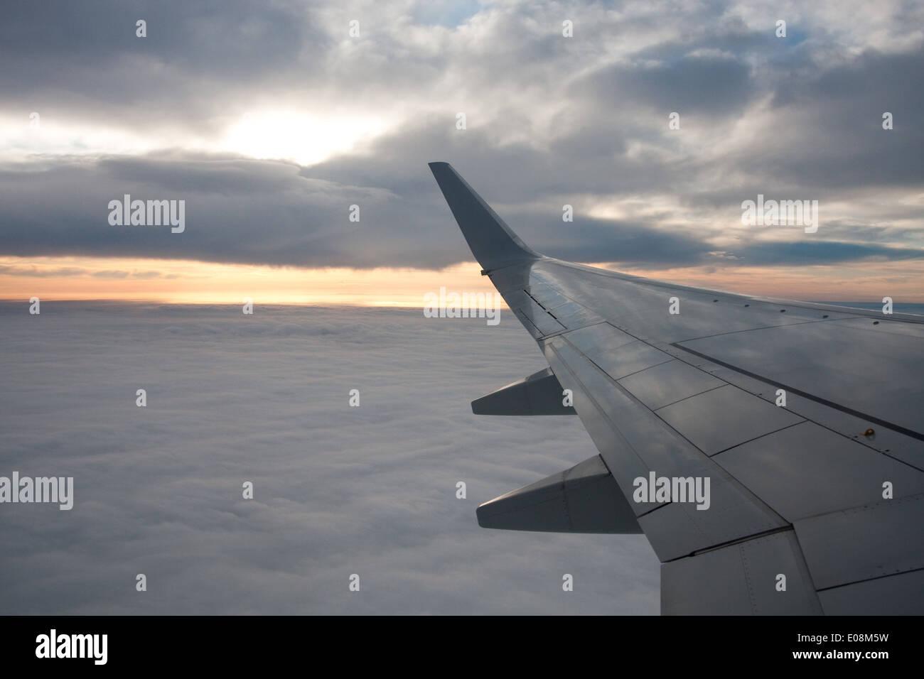 Wolkendecke, Flugzeugflügel - Clouds, Aeroplane wing Stock Photo