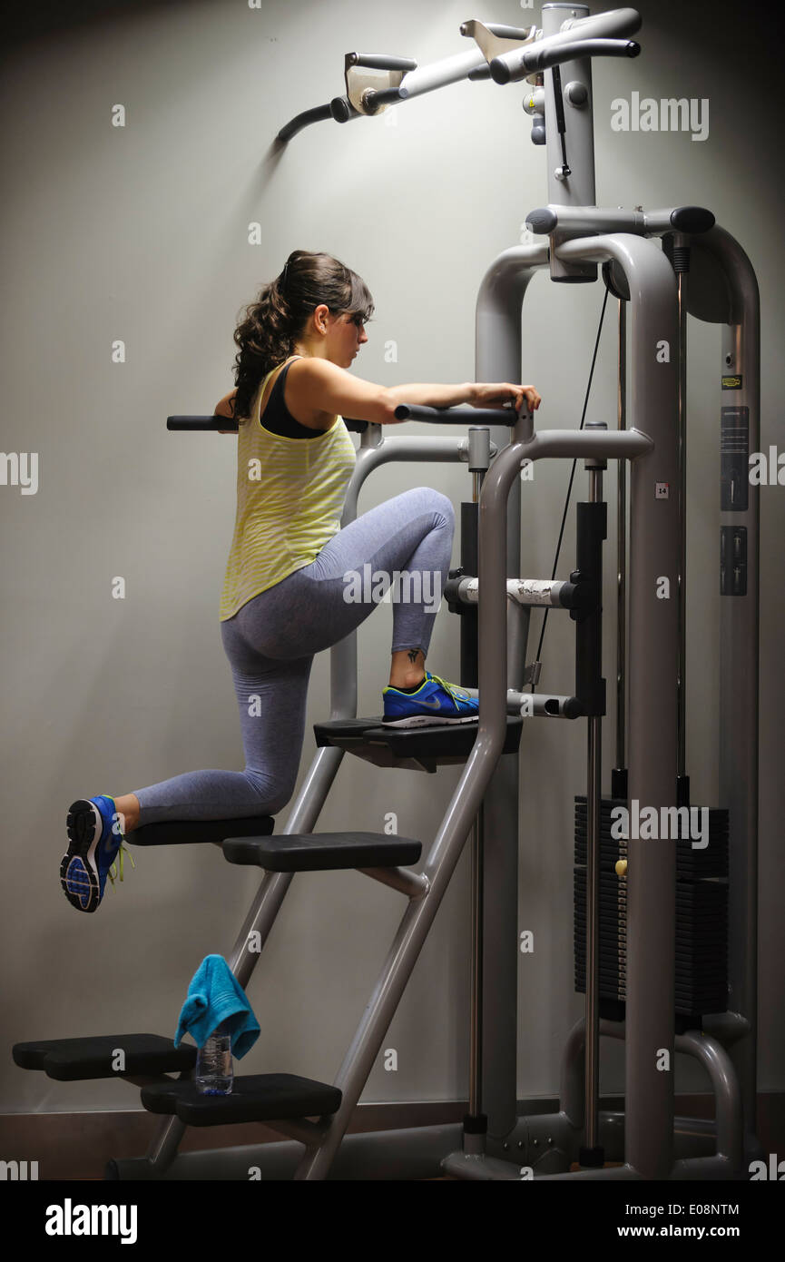 Young woman working out at the gym - Stock Image