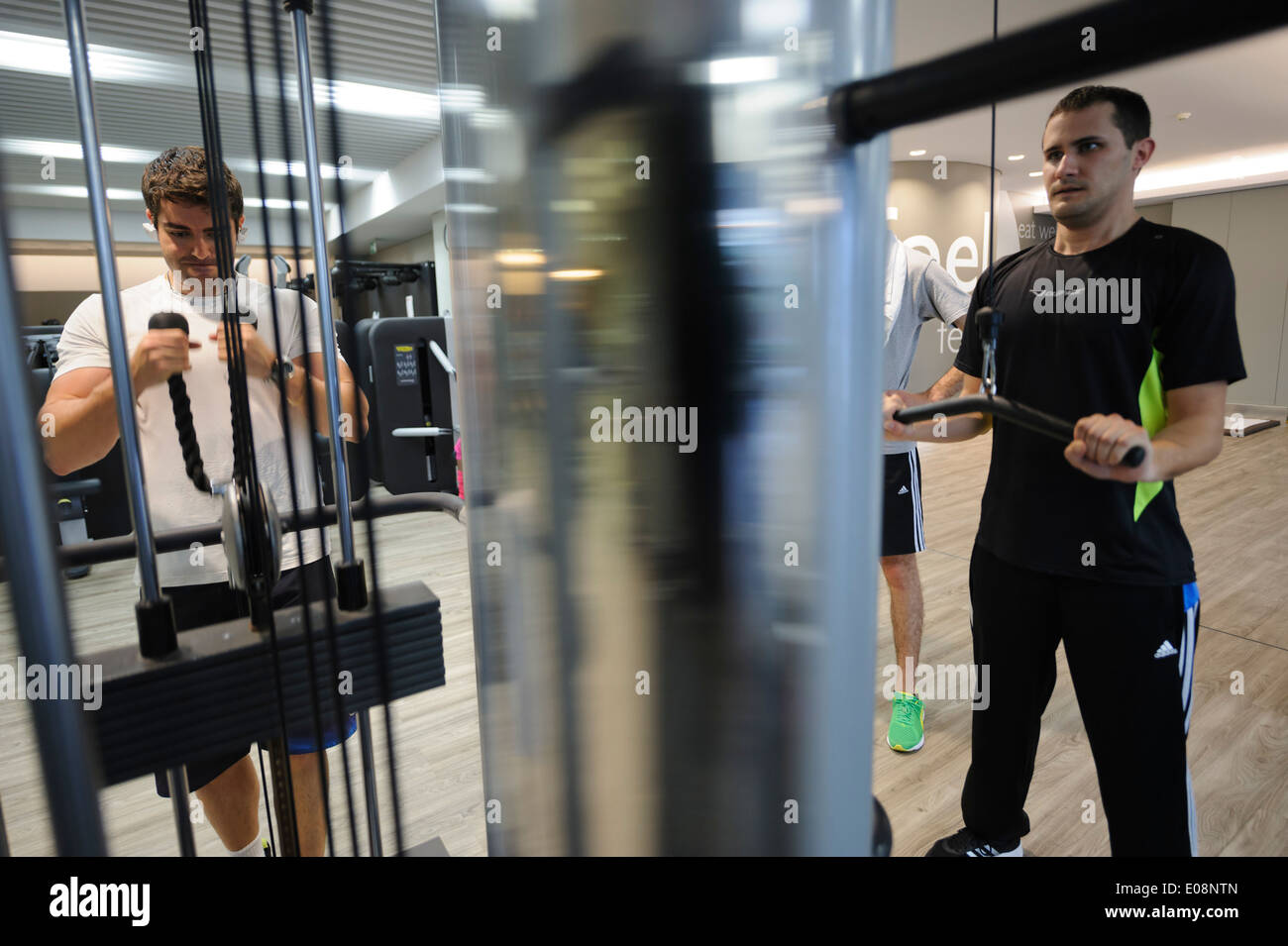 Men working out at the gym - Stock Image