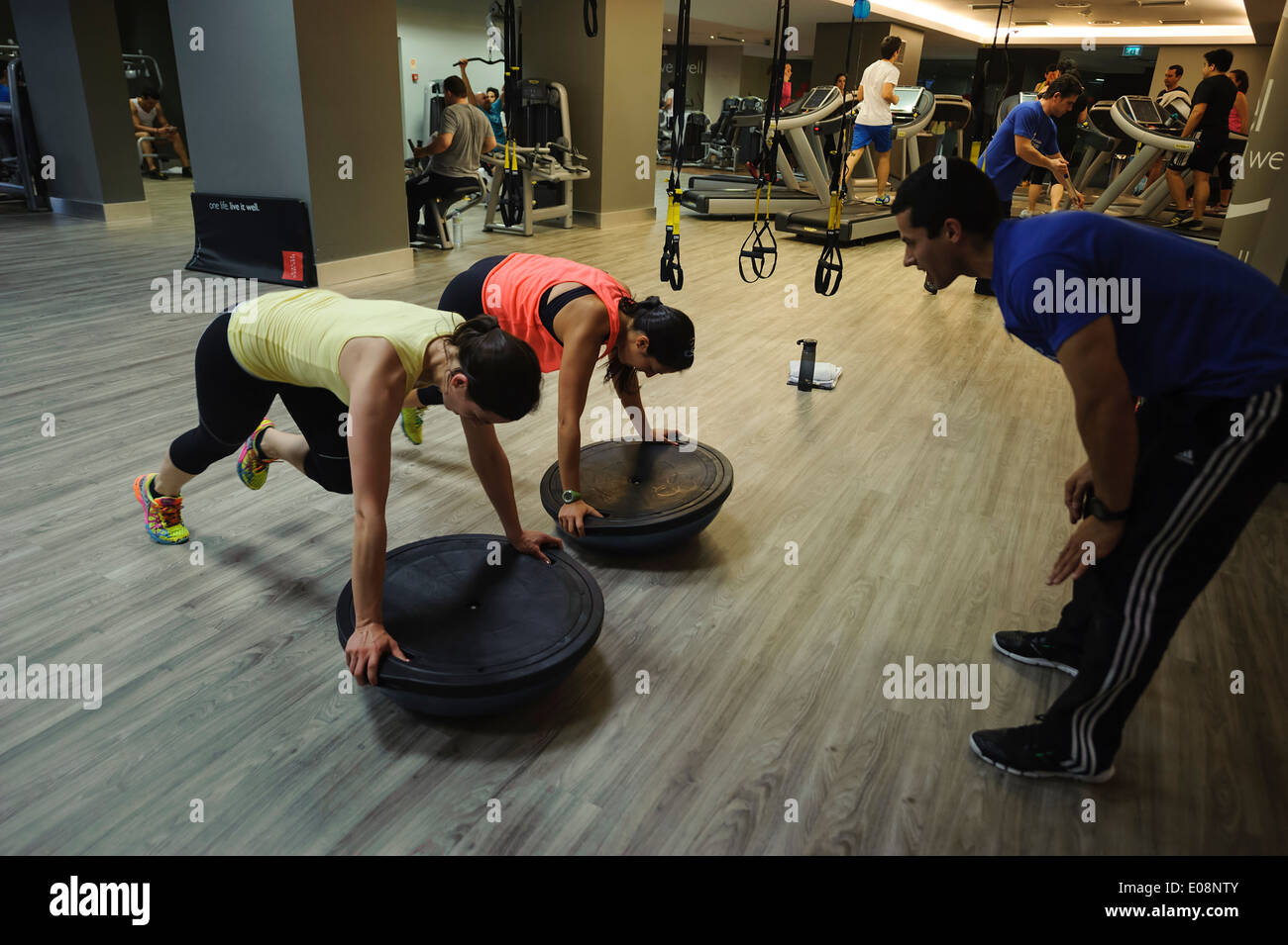 Personal trainer with clients at the gym - Stock Image
