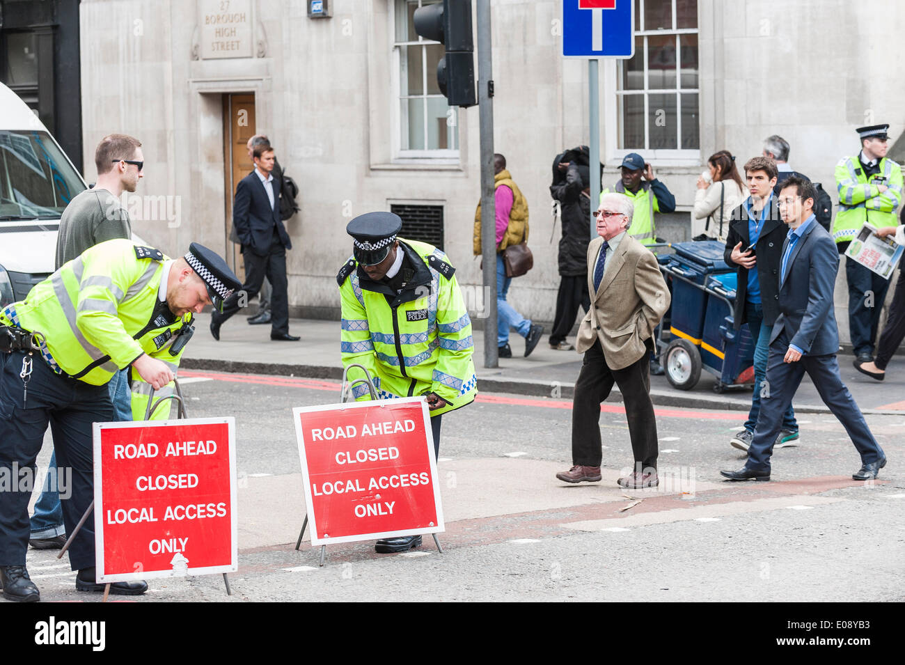 London, UK. 6th May 2014, Metropolitan Police Officers prepare for the demonstration by London Black Cab drivers as they protest over the refusal to place a Black Cab taxi rank outside the entrance to The Shard. Photographer:  Gordon Scammell/Alamy Live News - Stock Image