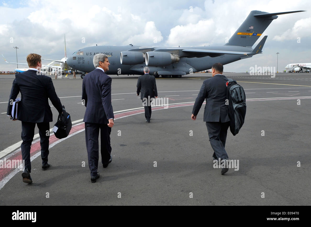 Secretary Kerry Approaches C-17 Flying Him from Ethiopia to South Sudan - Stock Image