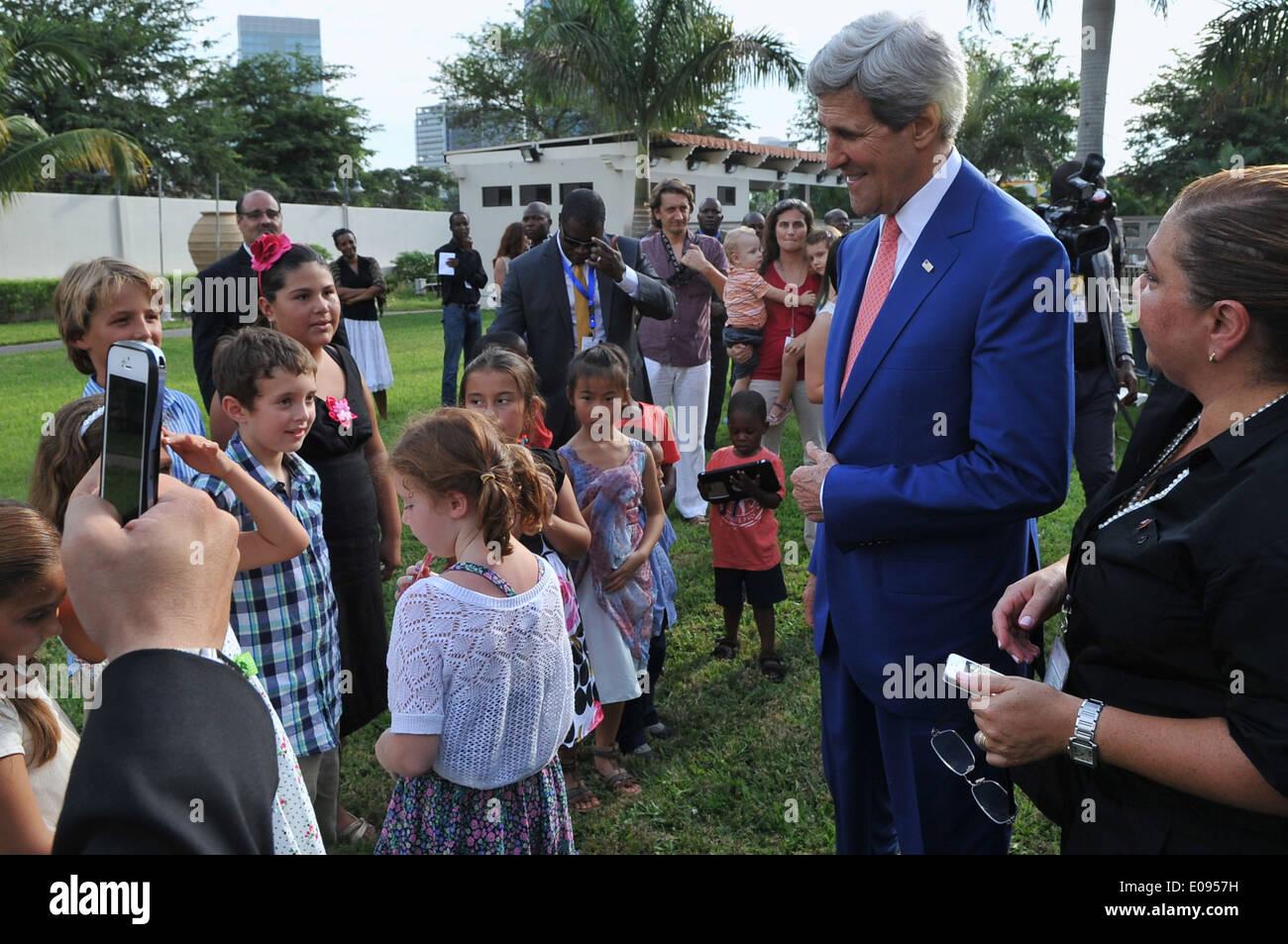 Secretary Kerry Greets Children of Embassy Luanda Staff - Stock Image