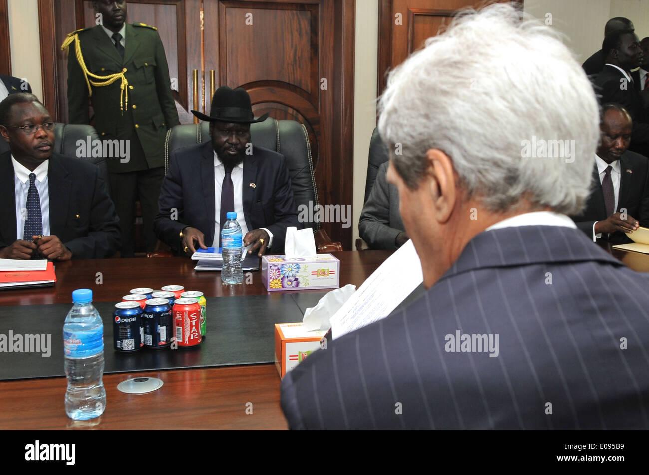 Secretary Kerry, South Sudanese President Kiir Look Over Notes Before Meeting in Juba - Stock Image