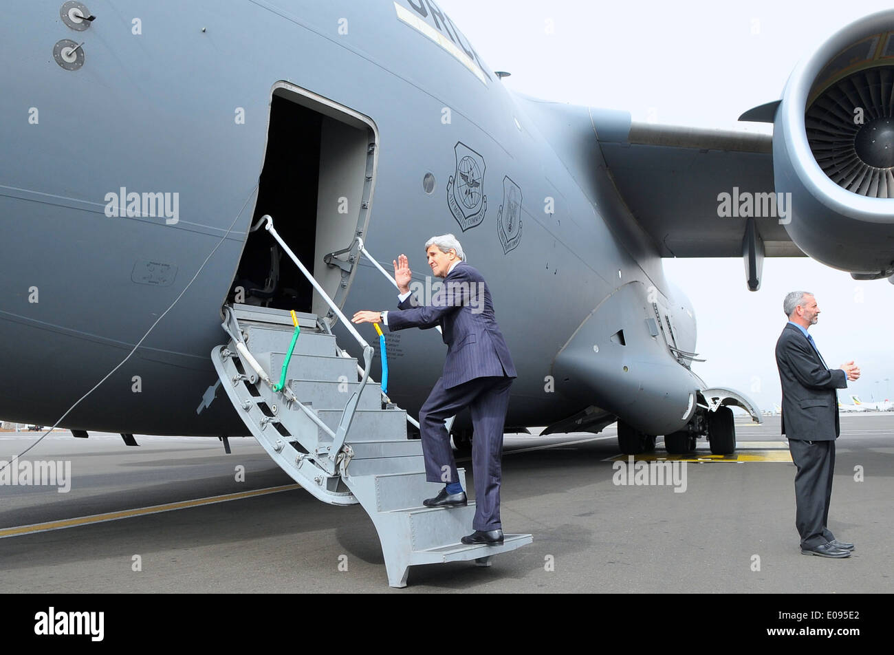 Secretary Kerry Waves As He Boards Air Force Jet Flying Him to South Sudan - Stock Image