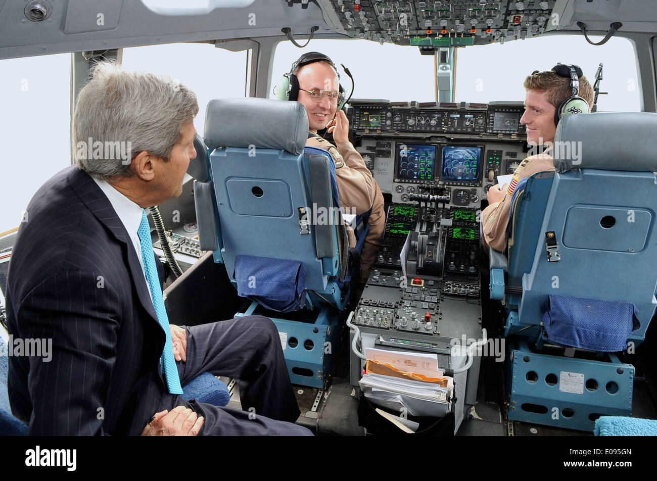 Secretary Kerry Chats With Pilots of C-17 Flying Him to South Sudan - Stock Image