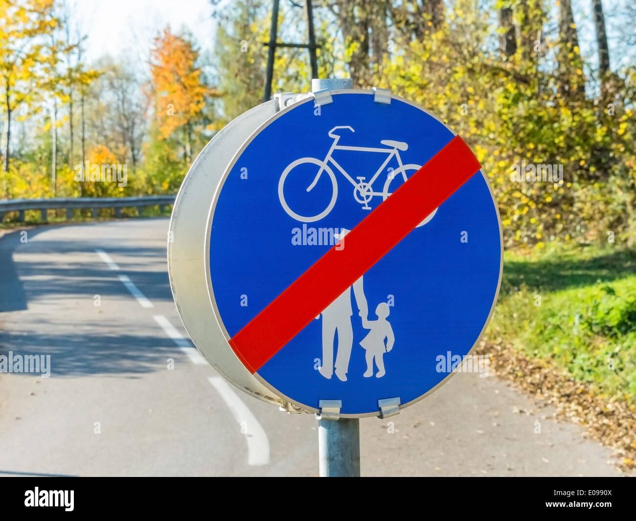 Sign fue cycle track and sidewalk. With each other in the traffic, Schild fue Radweg und Gehweg. Miteinander im Stock Photo