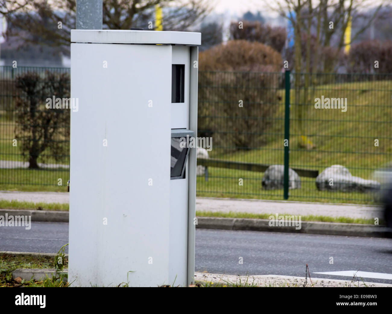 The speed of a car on a street is controlled by radar. Raderkasten as a radar case., Die Geschwindigkeit eines Autos Stock Photo