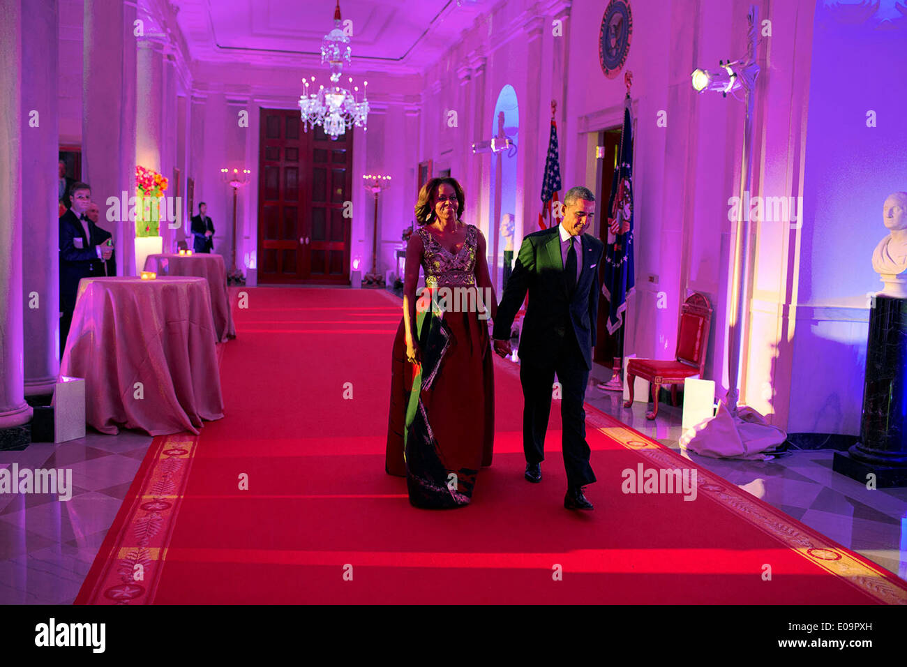 BARACK OBAMA AND MICHELLE WALK DOWN CROSS HALL IN 2014-8X10 PHOTO ZY-561