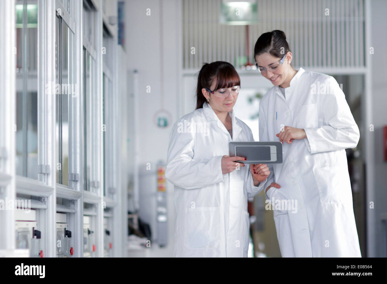 Two young female chemistry students in lab - Stock Image