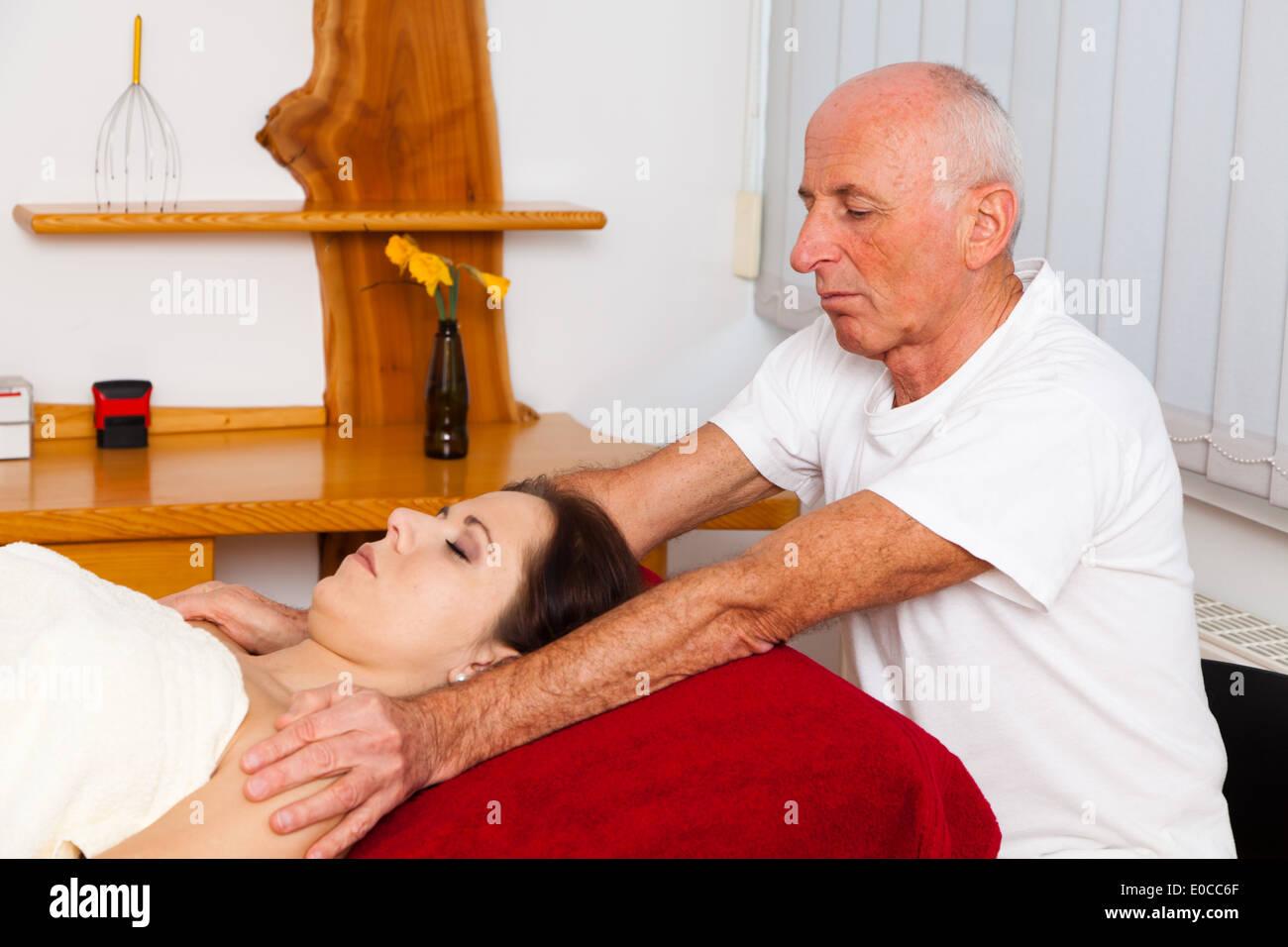 Relaxation, rest and well-being by a massage. Scalp massage, Entspannung, Ruhe und Wohlbefinden durch eine Massage. Kopfmassage Stock Photo