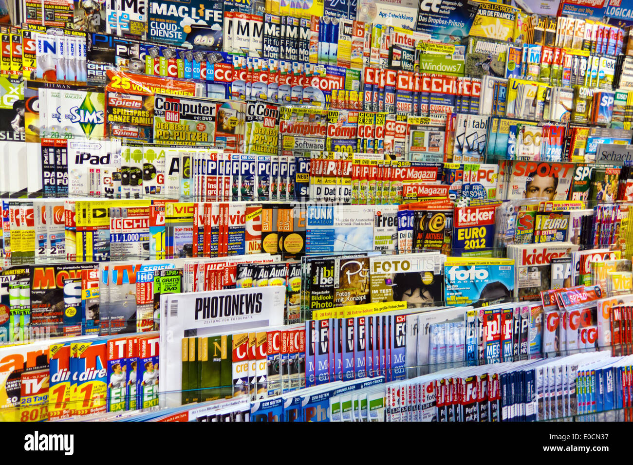 Many different magazines in a bookshop. Opinion variety and freedom of the press, Viele verschiedene Zeitschriften in einem Buch - Stock Image