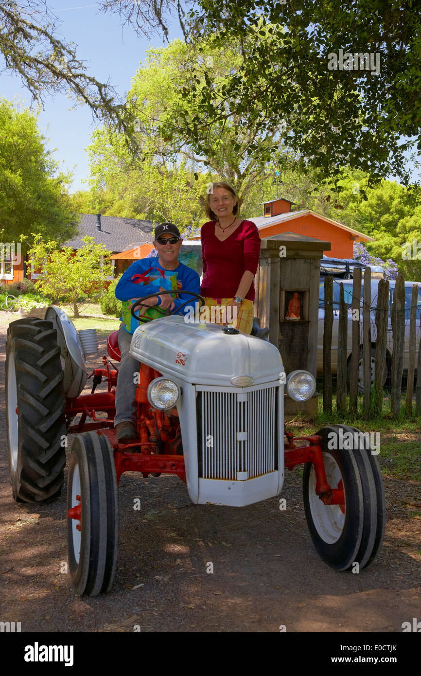 People on a tractor in the morning, Anderson Valley, Mendocino, California, USA, America - Stock Image