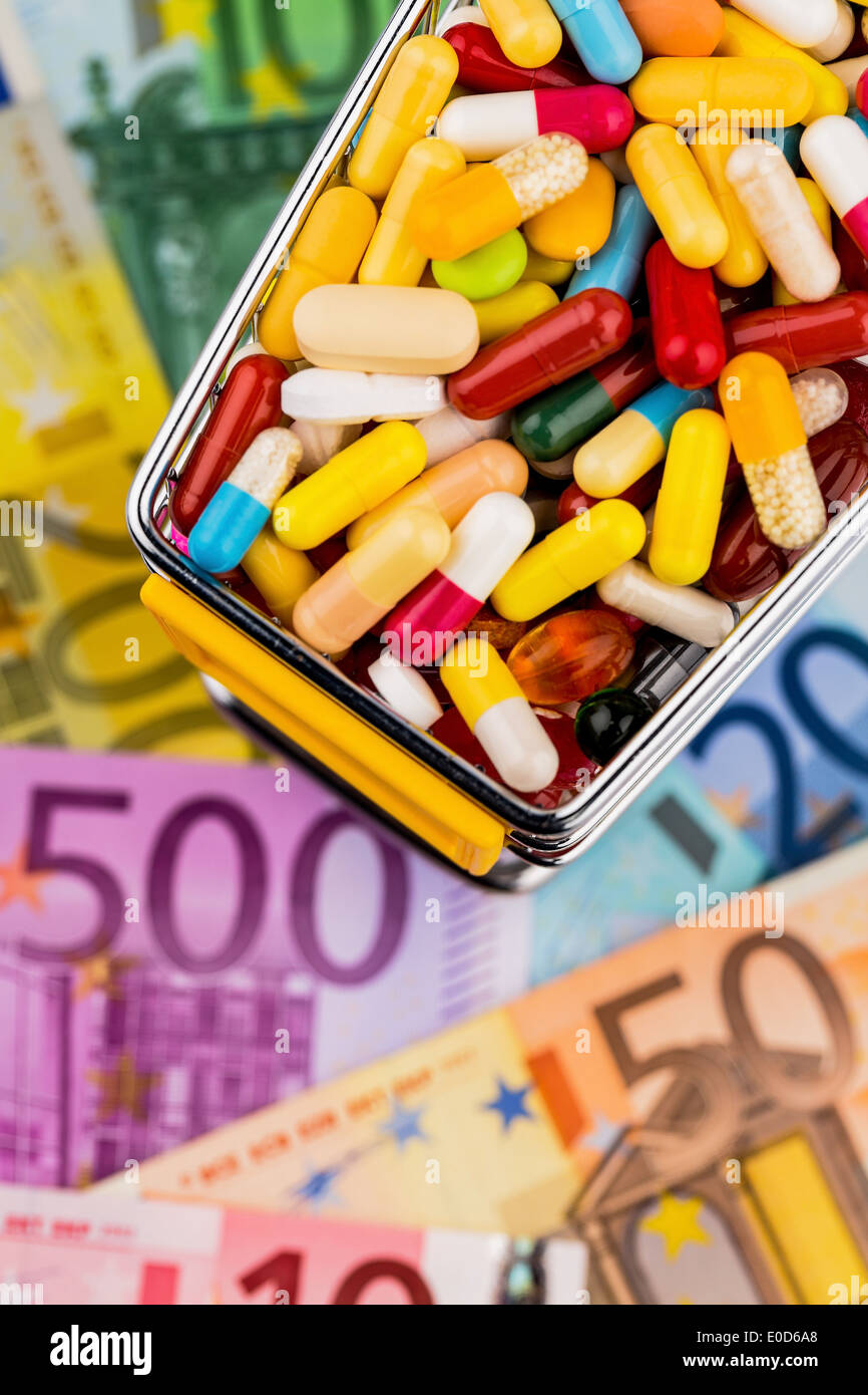 Tablets, shopping carts, euronotes, symbolic photo for Pharmazeutika, health insurance schemes, costs in the health service, Tab Stock Photo