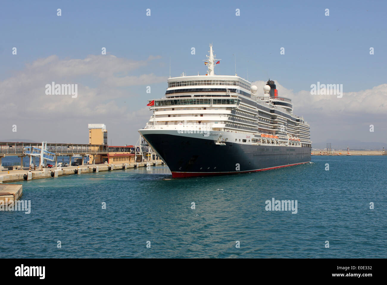 "Cunard Line Cruise Ship ""Queen Elizabeth"" (295m, 90901 Gt ) - slipping away from berth on Estacio Maritima num 1 - in the Port o - Stock Image"