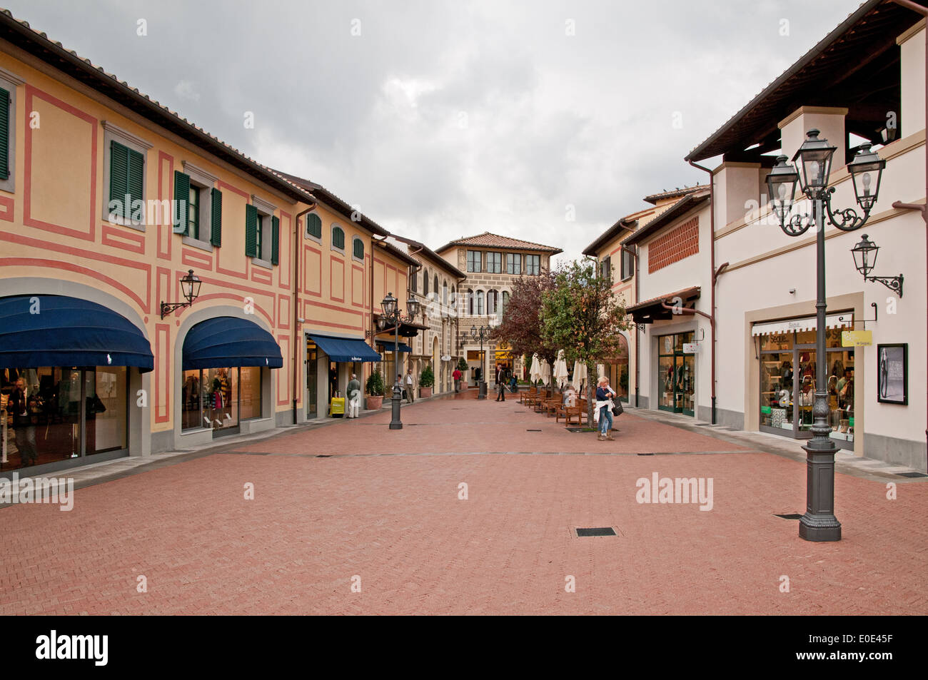 People shopping in mcarthurglen barberino designer outlet for Design outlet