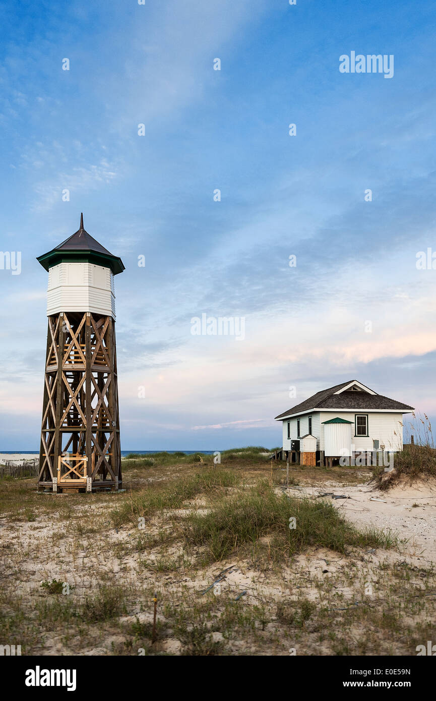Secluded beach cottage with wooden tower, Outer Banks, North Carolina, USA - Stock Image
