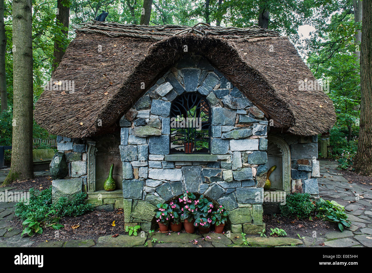 Thatched cottage in the Enchanted Woods at Winterthur Gardens, Delaware, USA - Stock Image