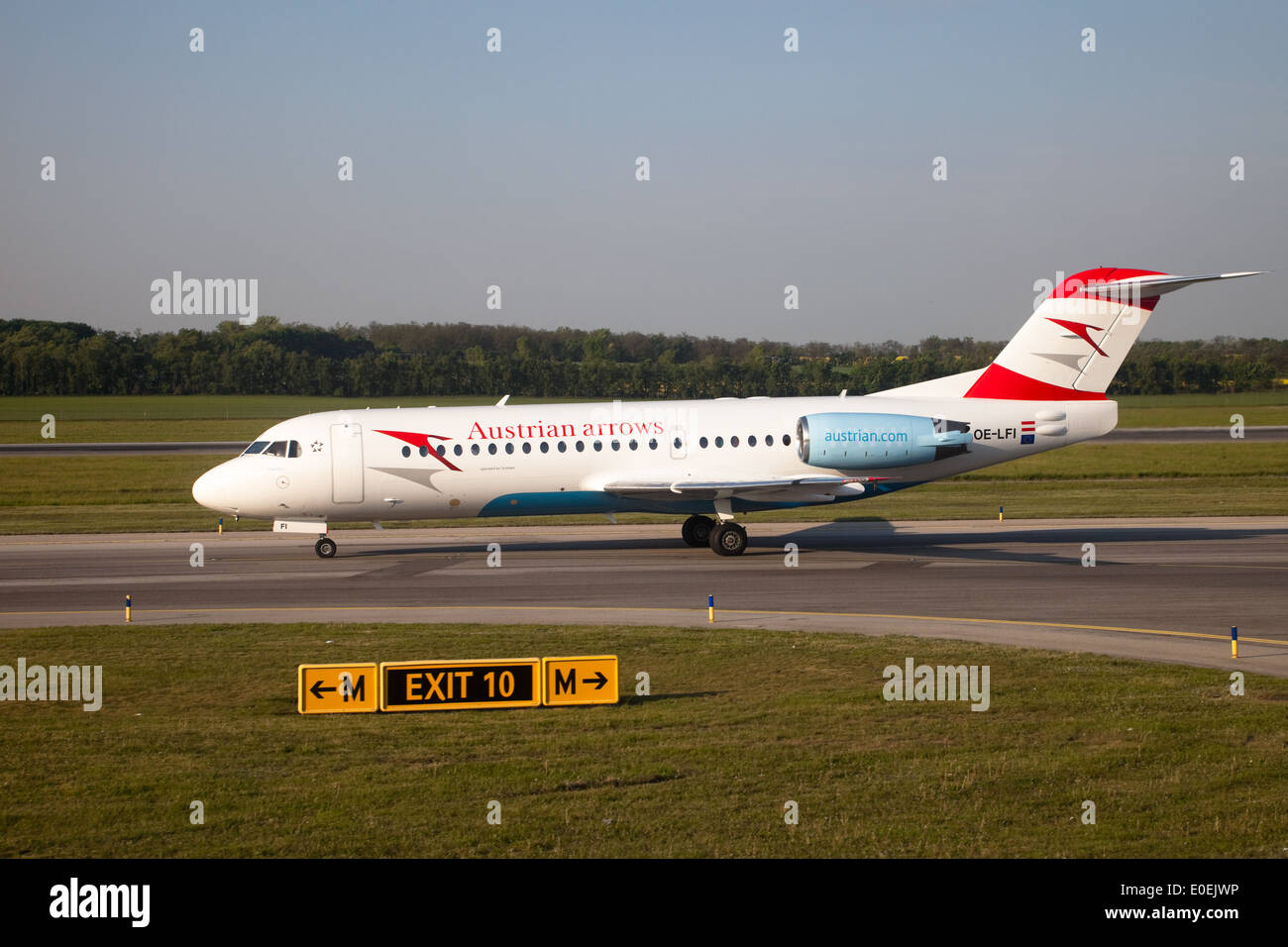 Flugzeug am Rollfeld - Airplane on runway - Stock Image