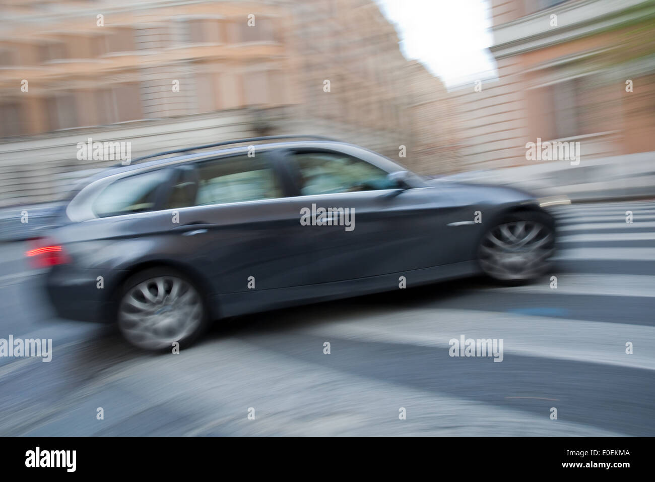 Schnell fahrendes Auto - Speeding car - Stock Image