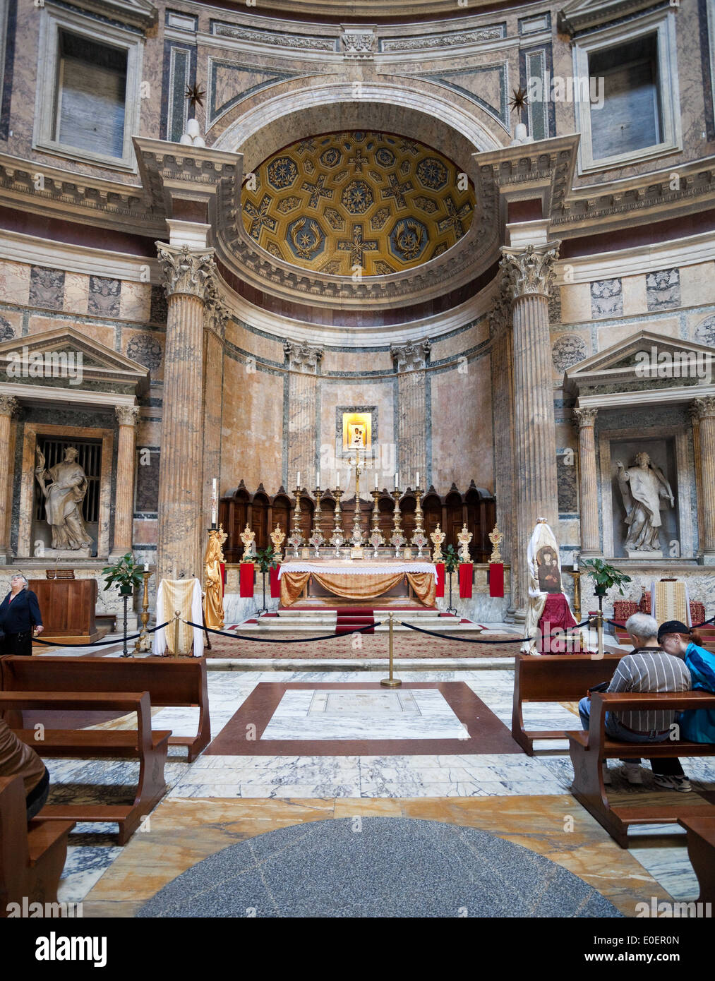 Altar im Pantheon, Rom, Italien - Altar in the Pantheon, Rome, Italy - Stock Image