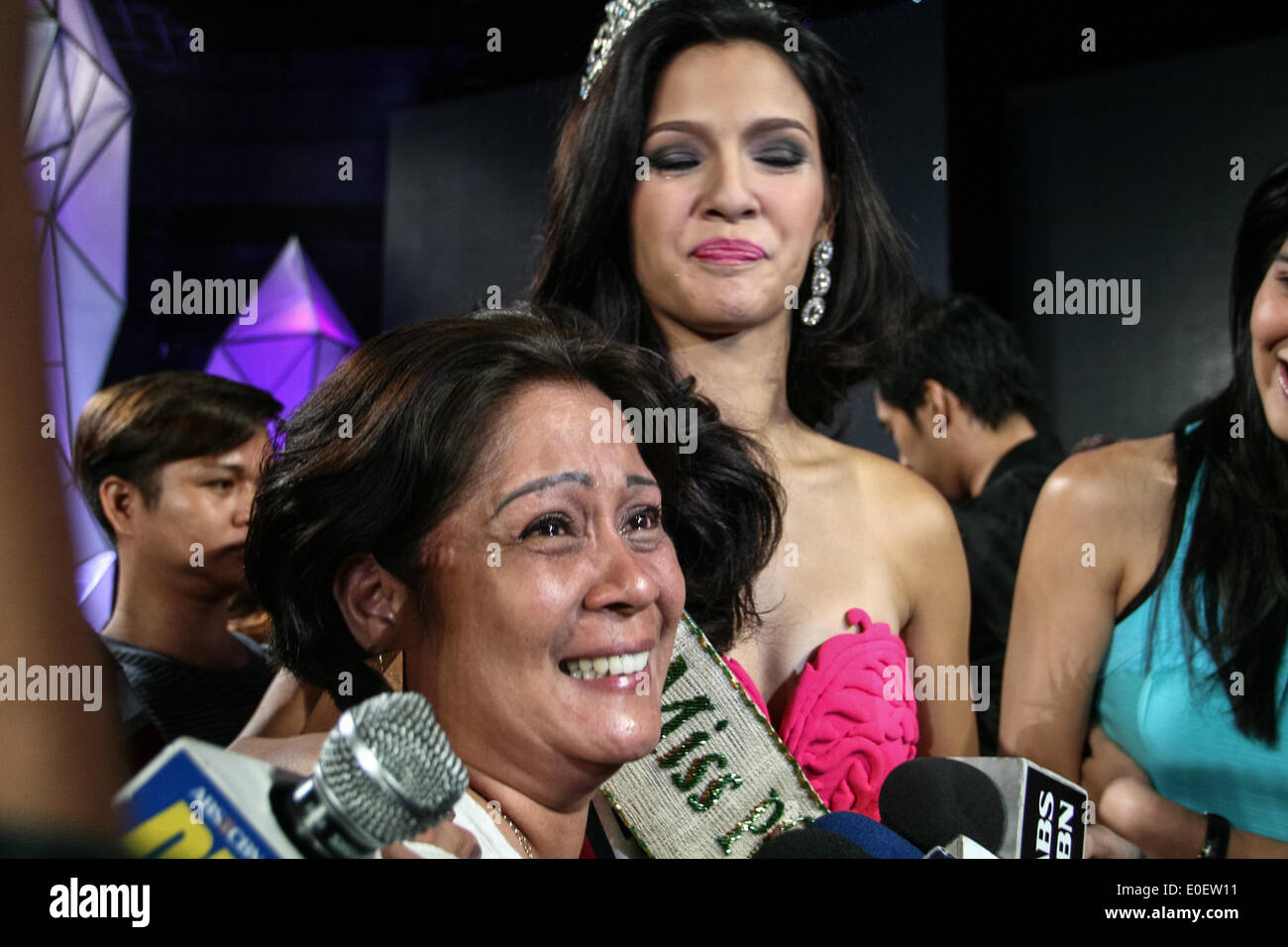 PASAY, PHILIPPINES - MAY 11: Miss Earth Philippines Jamie Herrel (center) with her teary eyed mother being interviewed by local media at the recently concluded Miss Earth Philippines 2014 coronation night at the Mall of Asia Arena in Pasay City south of Manila. (Photo by J Gerard Seguia/Pacific Press) - Stock Image