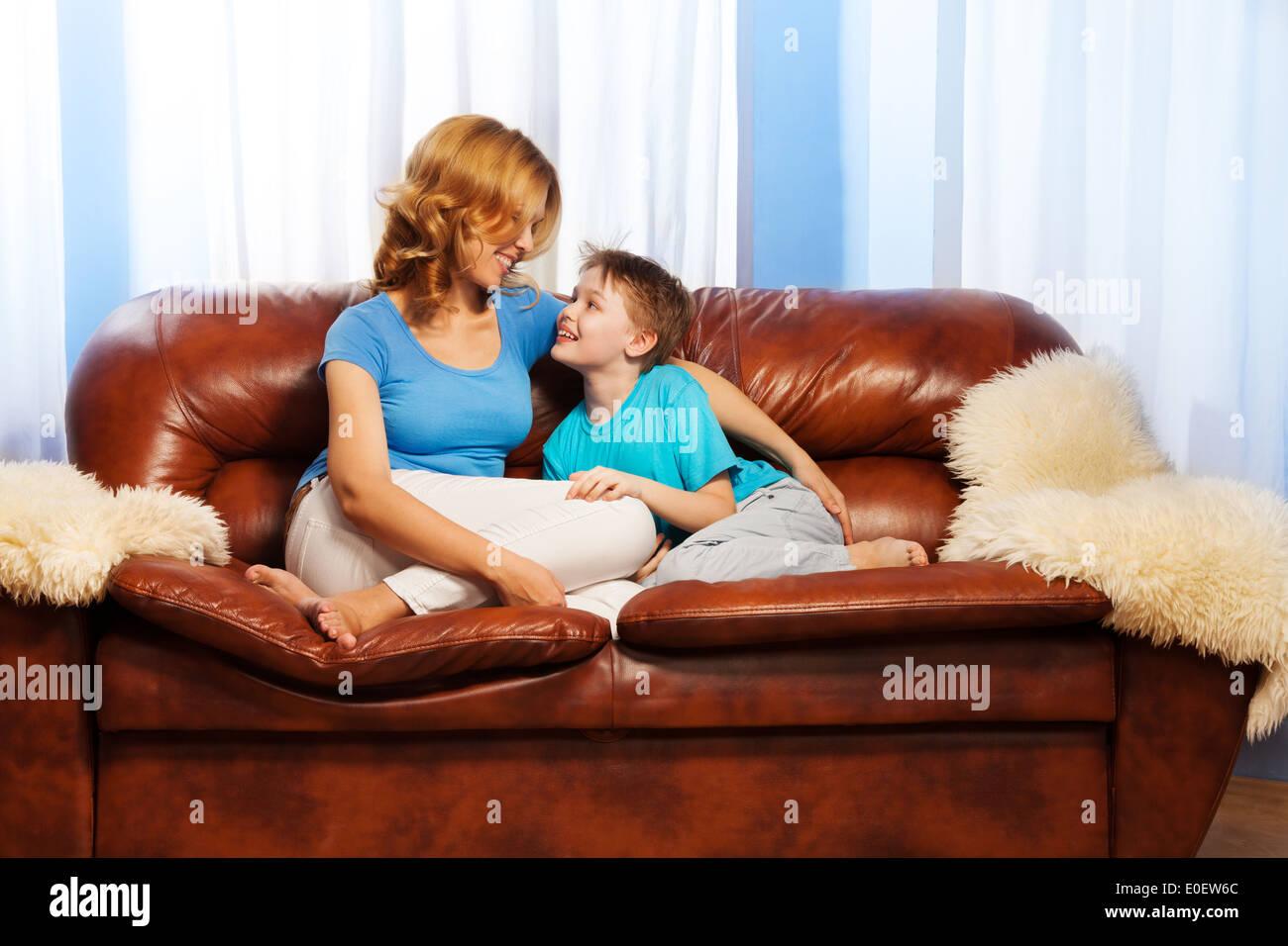 Чулки мамы возбудили сына, Ножки мамы в колготках возбудили сына 11 фотография